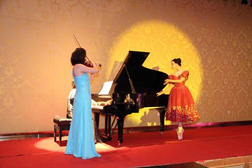 芭蕾演员在钢琴与小提琴的伴奏中忘情演出
